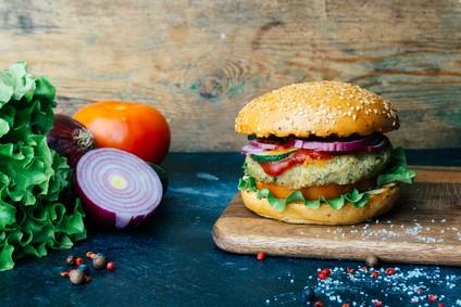 tomaten-auberginen-avocado-burger-rezept