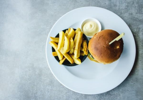 vegetarischer-burger-mit-ziegenkaese-und-rucola-rezept