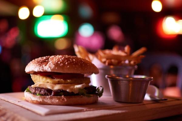 leberkaese-burger-mit-spiegelei-kraut-rezept