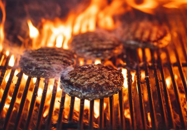 burger-grill-mit-scharfem-dressing-rezept