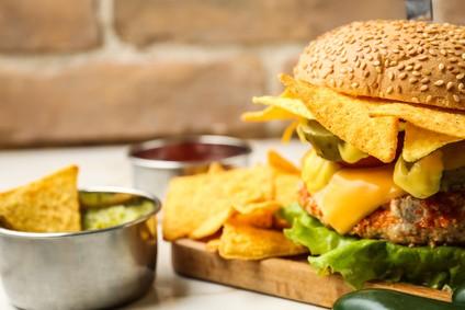 bbq-kraut-burger-mit-nachos-rezept