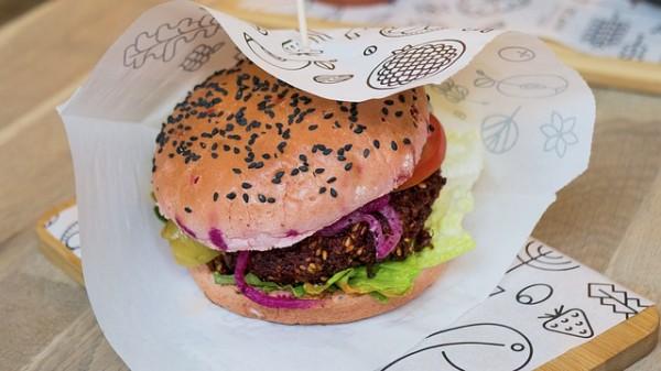 quinoa-burger-mit-coleslaw-rezept